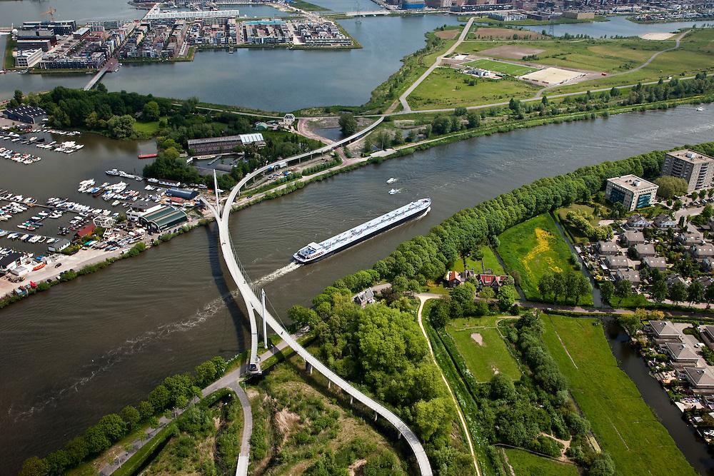 Nederland, Amsterdam, IJburg, 25-05-2010. Nesciobrug over Amsterdam-Rijnkanaal naar Diemerzeedijk (Diemerpark) en Haveneiland. De fiets- en voetgangersbrug is een  combinatie van hangbrug en tuibrug.luchtfoto (toeslag), aerial photo (additional fee required).foto/photo Siebe Swart