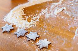 THEMENBILD - Lebkuchen Kekse in Sternform und Mehl, aufgenommen am 03. Dezember 2017, Kaprun, Österreich // Gingerbread biscuits in star shape and flour on 2017/12/03, Kaprun, Austria. EXPA Pictures © 2017, PhotoCredit: EXPA/ JFK