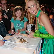 NLD/Hilversum/20110326 - 9de Liveshow Sterren Dansen op het IJs, Jenny Smit signeert een Holiday on Ice t-shirt van een fan