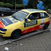 Huizerdag 2001, racewagen Voorma & Walch gevuld met ballonnen