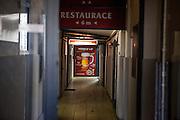 """Der düstere Eingang der Kneipe """"Kotva"""" (Anker) an der Ecke der Lazarska/Spalena Strasse in der Prager Innenstadt."""