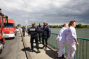 Ablon sur Seine, France. 8 Mai 2009..Brigade Fluviale de Paris..15h10 Intervention a Ablon suite a la tentative de suicide d'une femme qui s'est jeté dans la Seine avec sa voiture...Ablon sur Seine, France. May 8th 2009..Paris fluvial squad..3:10 pm Intervention in Ablon following the suicide of a woman who threw herself into the river with her car...