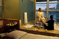 EEUU. Florida. Miami.<br /> Woman taking a massage at Mandarin Hotel.<br /> <br /> ©JOAN COSTA
