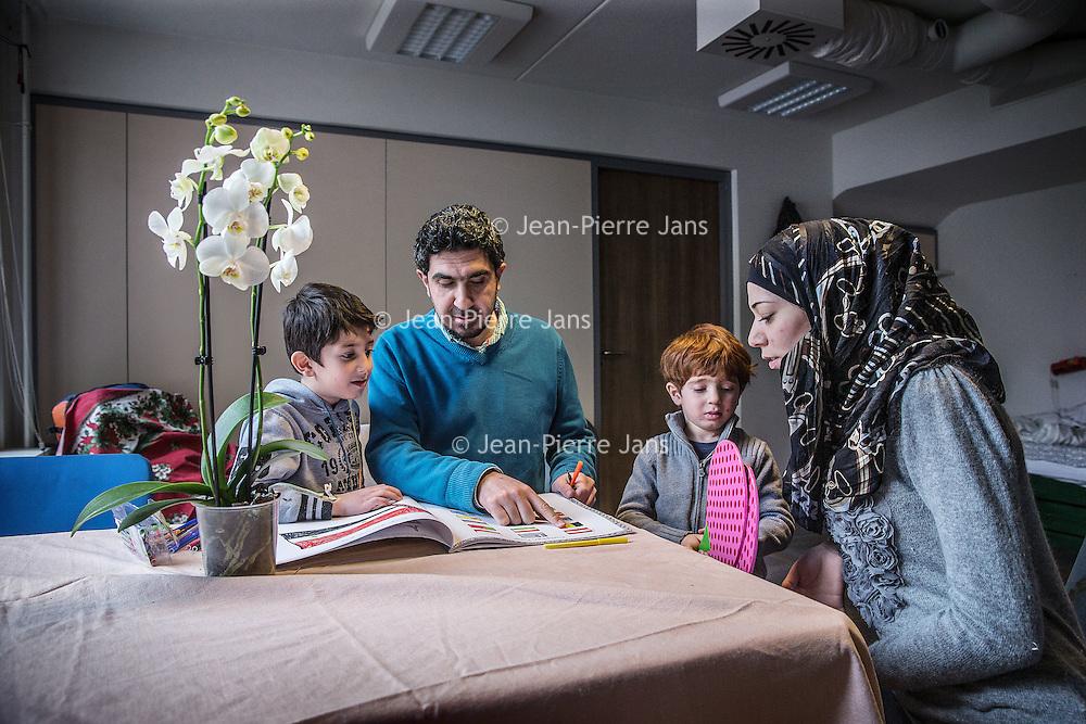 Nederland, Amsterdam, 18 februari 2016.<br /> Aan de Mauritskade nummer 17 zit sinds kort een kleinschalige opvang voor Syrische vluchtelingen. Initiatiefneemster is Lian Primus.<br /> Op de foto: Een Syrische familie die net is gearriveerd vanuit Nijmegen. Vader Ammar, moeder Iman en hun 2 kinderen Mohamed en Yazan op hun kamer.<br /> <br /> <br /> <br /> Foto: Jean-Pierre Jans