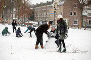 In Utrecht wordt een sneeuwpop gemaakt. Nederland geniet van de eerste sneeuw sinds lange tijd.<br /> <br /> In Utrecht people make a snow man. People in the Netherlands enjoy the first snow since years.