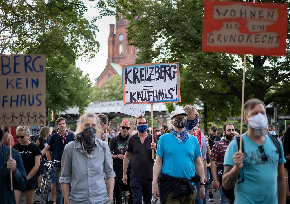 """Mehrere hundert Menschen protestieren in Berlin Kreuzberg unter dem Motto """"Kreuzberg ist kein Kaufhaus"""" gegen Verdrängung der Mieter des Gebäudes Wiener Straße 22 Ecke Ohlauer Straße 2, der Kiezkneipe """"Madonna Bar"""" und des """"Tabac & Whisky Center"""" im Haus. Die Demonstranten solidarisieren sich mit der von Verdrängung bedrohten Pizzeria De Noantri und den von Gentrifizierung bedrohten Mietern der Wrangelstraße 83 (""""Willi wollt's anders"""") und fordern, dass der Bezirk Kreuberg das Vorkaufsrecht wahrnimmt. <br /> <br /> [© Christian Mang - Veroeffentlichung nur gg. Honorar (zzgl. MwSt.), Urhebervermerk und Beleg. Nur für redaktionelle Nutzung - Publication only with licence fee payment, copyright notice and voucher copy. For editorial use only - No model release. No property release. Kontakt: mail@christianmang.com.]"""