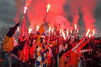 Bloemendaal - Hockey -  Supporters, de Bloemigans, met vuurwerk fakkels wedstrijd om de derde plaats tussen de mannen van Bloemendaal en Royal Daring (Belgie) 1-0.  COPYRIGHT KOEN SUYK