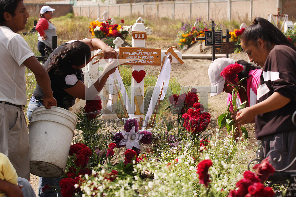 METEPEC, México.- La gente visitó los panteones para arreglar y enflorar las tumbas de sus seres queridos, señalaron que la tradición de la visita a sus difuntos no se pierde, porque siempre serán recordados. Agencia MVT / José Hernández. (DIGITAL)