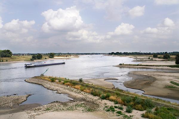 Nederland, Nijmegen, 26-8-2018Vandaag werd in Lobith het laagterecord voor de Rijn gebroken. De stand kwam op 6,86 meter, de vorige laagste stand was 6,89 in 2011. Door de aanhoudende droogte staat het water in de rijn, ijssel en waal extreem laag . Schepen moeten minder lading innemen om niet te diep te komen . Hierdoor is het drukker in de smallere vaargeul .Foto: Flip Franssen