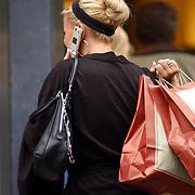 NLD/Laren/20050722 - Angela Kluivert -  van Hulten winkelend in Laren met een vriendin, bellend met een mobiele telefoon