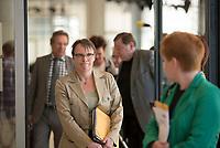 DEU, Deutschland, Germany, Berlin, 21.04.2015: Annette Groth (DIE LINKE) trifft zur Fraktionssitzung der Linkspartei im Deutschen Bundestag ein. Rechts Petra Pau (DIE LINKE), Vizepräsidentin des deutschen Bundestags.