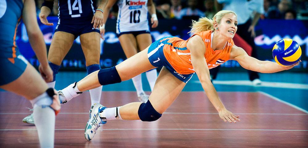 Polen, Lodz, 04-10-2009.<br /> Volleybal, Vrouwen, Europees Kampioenschap, Finale.<br /> Nederland - Italie : 0-3.<br /> Kim Staelens met mislukte poging om de bal nog te redden.<br /> <br /> Foto : Klaas Jan van der Weij