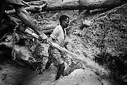 Brazil, Amazonas, Eldorado do Juma.<br /> <br /> Grota Velha, garimpeiros.<br /> Eldorado do Juma est maintenant un bidonville de plastique noir et de misere croissante sur la rive du fleuve, qui attire les prospecteurs. Des centaines d'hommes y creusent la boue sur leurs petites parcelles delimitees par des branchages et des ficelles. A la fin du jour, les plus chanceux auront trouve quelques poussieres d'or, vendues ensuite 40 reals le gramme (14,5 euros) a Apui, 65km au nord. Les plus riches du coin sont ceux et celles qui cuisinent, nettoient ou divertissent les mineurs.<br /> Il y a trop de prospecteurs pour la teneur du filon, du coup les garimpeiros s'eparpillent sur une surface qui couvre plus de 40 hectares. Tous les mineurs dependent de l'autorisation d'une cooperative de proprietaires pour travailler. Ces proprietaires ne possedent pourtant pas de titre foncier pour justifier leur etat, ils sont simplement arriver les premiers sur les parcelles : c'est la loi de l'or.<br /> Quatre mois apres le debut de cette ruee, la plupart du minerai qui peut etre extrait manuellement a ete trouve, les mineurs qui restent sont les survivants de la rumeur. Ils n'ont souvent plus rien et esperent seulement trouver de quoi payer le voyage pour aller tenter leur chance vers d'autres terres promises..