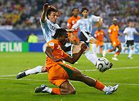 Fotball<br /> VM 2006<br /> Foto: Witters/Digitalsport<br /> NORWAY ONLY<br /> <br /> 10.06.2006<br /> Argentina v Elfenbenskysten<br /> <br /> v.l. Gabriel Heinze, Bakary Kone Elfenbeinkueste <br /> Fussball WM 2006 Argentinien - Elfenbeinkueste 2:1
