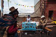 Una mujer vende desayunos en la calle de Rinconada.