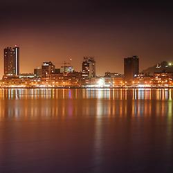 A baixa da cidade de Luanda e a Marginal (Avenida 4 de Fevereiro) - vista da baía de Luanda a partir da Ilha da Kianda, Clube Naval de Luanda (CNL). Luanda. Angola