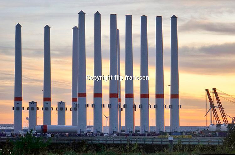 Nederland, Vlissingen, 14-9-2019 Op een bedrijfsterrein liggen onderdelen van windmolens in de opslag te wachten tot ze op zee in elkaar gezet gaan worden in een nieuw windmolenpark aan de Belgisch Zeeuwse kust . Losse masten, turbinehuizen en wieken staan netjes bij elkaar . Opbouw van windmolenpark . Foto: Flip Franssen