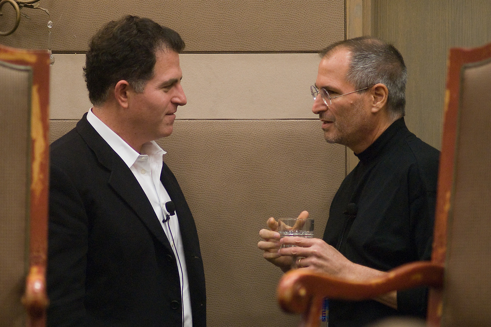 Dell Chairman and CEO Michael Dell (L) and Apple CEO Steve Jobs visit before their panel discussion at the Texas Public Education Reform Foundation conference in Austin, Texas, February 16, 2007.  The two business leaders spoke to the attendees about technology and education.