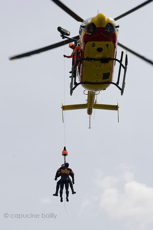Paris, France. 4 Mai 2009..Brigade Fluviale de Paris..15h10 Entrainement d'helitreuillage..Paris, France. May 4th 2009..Paris fluvial squad..3:10 pm Winching up into a helicopter training.