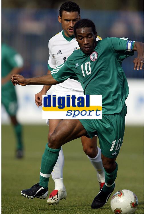 Fotball<br /> African Nations Cup 2004<br /> Afrika mesterskapet 2004<br /> Foto: Digitalsport<br /> NORWAY ONLY<br /> FIRST ROUND - GROUP D - 040131 - NIGERIA v SOUTH AFRICA - AUGUSTINE OKOCHA (NIG) / DELRON BUCKLEY (RSA) - PHOTO JEAN MARIE HERVIO / Digitalsport<br />  *** Local Caption *** 40001018