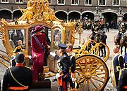 """Aankomst koninklijke familie in de gouden koets bij de Ridderzaal op Prinsjesdag 2012. /// Arrival royal family in the golden coach at the Riddrerzaal on """"Prinsjesdag""""in The Hague<br /> <br /> Op de foto / On the photo:<br />  Kroonprins Willem-Alexander en prinses Máxima stappen uit de gouden koets"""