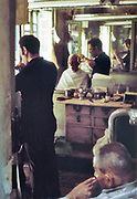 Egypte, Egypt, Cairo, 15-10-1980 Straatbeeld. Bij de kapper, Barber shop.Foto: Flip Franssen