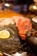 Teller mit frischen Fisch Spezialitäten fotografiert im Fischrestaurant Chorvatske Mlyn in Prag 6.