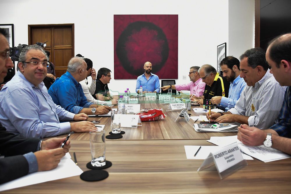 November 19, 2018 - SãO Paulo, Brazil - SÃO PAULO, SP - 19.11.2018: REUNIÃO DO COMITÊ DE CRISE - The mayor of São Paulo, Bruno Covas, participated in a meeting on Monday, (19) with the committee created to deal with issues related to the viaduct that gave way to the expressway of Marginal Pinheiros. (Credit Image: © Roberto Casimiro/Fotoarena via ZUMA Press)