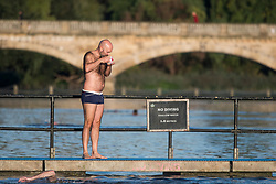 © Licensed to London News Pictures. 24/09/2018. London, UK. A swimmer at the Serpentine Lake drinks a cup of tea on a cold Autumn morning in Hyde Park, central London. Photo credit: Ben Cawthra/LNP