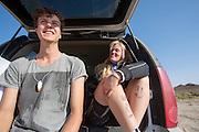 Met kettingsmeer is de snelheid van de eerste geslaagde run van Christien Veelenturf op haar been geschreven. Links zit trainer Josh met een zelfgemaakte miniatuur van de VeloX4 om zijn nek.  Het Human Power Team Delft en Amsterdam (HPT), dat bestaat uit studenten van de TU Delft en de VU Amsterdam, is in Amerika om te proberen het record snelfietsen te verbreken. Momenteel zijn zij recordhouder, in 2013 reed Sebastiaan Bowier 133,78 km/h in de VeloX3. In Battle Mountain (Nevada) wordt ieder jaar de World Human Powered Speed Challenge gehouden. Tijdens deze wedstrijd wordt geprobeerd zo hard mogelijk te fietsen op pure menskracht. Ze halen snelheden tot 133 km/h. De deelnemers bestaan zowel uit teams van universiteiten als uit hobbyisten. Met de gestroomlijnde fietsen willen ze laten zien wat mogelijk is met menskracht. De speciale ligfietsen kunnen gezien worden als de Formule 1 van het fietsen. De kennis die wordt opgedaan wordt ook gebruikt om duurzaam vervoer verder te ontwikkelen.<br /> <br /> With chain grease the speed of the first complete run of Christien Veelenturf is written on her legs. On the left trainer Josh has a homemade amulet with a miniature VeloX4. The Human Power Team Delft and Amsterdam, a team by students of the TU Delft and the VU Amsterdam, is in America to set a new  world record speed cycling. I 2013 the team broke the record, Sebastiaan Bowier rode 133,78 km/h (83,13 mph) with the VeloX3. In Battle Mountain (Nevada) each year the World Human Powered Speed Challenge is held. During this race they try to ride on pure manpower as hard as possible. Speeds up to 133 km/h are reached. The participants consist of both teams from universities and from hobbyists. With the sleek bikes they want to show what is possible with human power. The special recumbent bicycles can be seen as the Formula 1 of the bicycle. The knowledge gained is also used to develop sustainable transport.