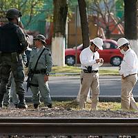 Toluca, Mex.- Personal de seguridad de PEMEX apoyados de efectivos del ejercito mexicano detectaron e inmovilizaron una toma clandestina de gasolina sobre la carretera Toluca Atlacomulco. Agencia MVT / Mario Vázquez de la Torre. (DIGITAL)<br /> <br /> NO ARCHIVAR - NO ARCHIVE