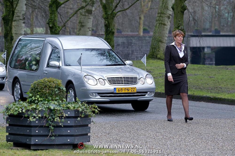 NLD/Amsterdam/20111221 - Uitvaart Olga Madsen, aankomst rouwstoet met oa familie