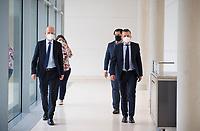 DEU, Deutschland, Germany, Berlin, 27.10.2020: Ralph Brinkhaus, Vorsitzender der CDU/CSU-Bundestagsfraktion, und Thorsten Frei, stv. Vorsitzender der CDU/CSU-Bundestagsfraktion, mit Mund-Nase-Bedeckung (FFP2 Maske) auf dem Weg zu einem Pressestatement im Deutschen Bundestag.