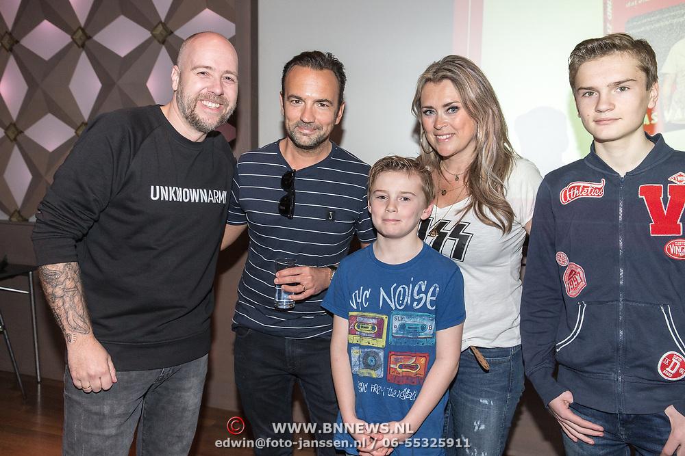 NLD/Hilversum/20190418 - Boekpresentatie Help! mijn kind zit op YouTube, Bas van Teylingen met Gerard Ekdom met partner Nicole Smits en hun zonen