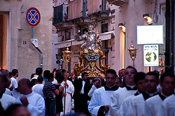 Lecce - Festeggiamenti in onore di Sant'Oronzo, San Giusto e San Fortunato. La statua in argento di San Giusto sfila per le vie del centro storico di Lecce. La processione parte dal Duomo e segue un percorso prestabilito tra le vie antiche per poi chiudere in Piazza Sant'Oronzo.