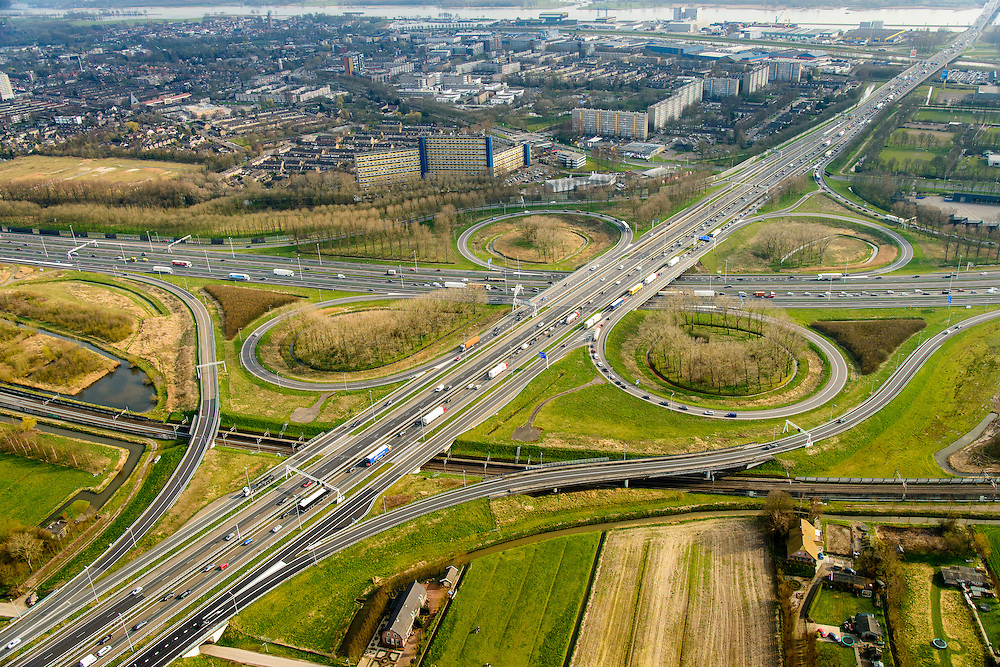 Nederland, Zuid-Holland, Gemeente Gorinchem, 01-04-2016; knooppunt Gorinchem, kruising A27 (diagonaal) en A15 met langzaam rijdend en stilstaand verkeer.<br /> Gorinchem junction.<br /> luchtfoto (toeslag op standard tarieven);<br /> aerial photo (additional fee required);<br /> copyright foto/photo Siebe Swart