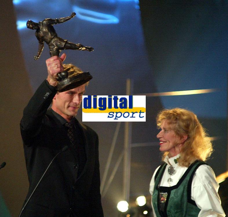 Idrettsgalla , 4. januar 2003, Hamar. Andre  Bergdølmo vant kniksenprisen.  Til høyre: Eva Jensen, kniksens tidligere kone<br /> <br /> Andre Bergdolmo with the Kniksenprice, the highest awards a norwegian footballplayer can get.