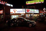 Luxus Auto vor Geschaeften und Restaurants im Hongdae Viertel. Dieses Gebiet vor der Hongik Universität ist vor allem für das Nachtleben bekannt. Hier befinden sich sehr viele Discotheken, Bars und Restaurants.<br /> <br /> Luxery car in front of shops and restaurants at Hongdae quater. Hongdae area is an entertainment area and clubbing district in northwest Seoul, South Korea - close to the Hongik University.