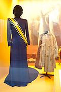 Ingehuldigd! De Oranjes en De Nieuwe Kerk. In de Nieuwe Kerk Amsterdam is een eenmalige tentoonstelling over de koninklijke inhuldigingen. Precies honderd dagen lang staan in de kerk de feestelijke en plechtige inhuldigingen van zeven generaties Oranjes centraal. Van de koningen Willem I, II en III, de koninginnen Wilhelmina, Juliana en Beatrix tot en met koning Willem-Alexander.<br /> <br /> Inaugurated! The Orange and New Church. In the New Church Amsterdam is a one-time exhibition on the royal investitures. Exactly one hundred days in the Church the festive and solemn inaugurations of seven generations of Orange Central. The kings William I, II and III, the queens Wilhelmina, Juliana and Beatrix to King Willem-Alexander.<br /> <br /> Op de foto / On the photo:   Inhuldigingsjurk van koningin Juliana (1948) / Inauguration Dress Queen Juliana (1948)