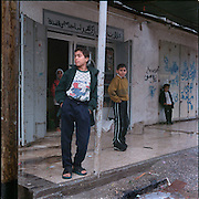 27-01-2000-Palestina.Khan Yunis, straatbeeld met jeugd.<br /> Foto: Sake Elzinga