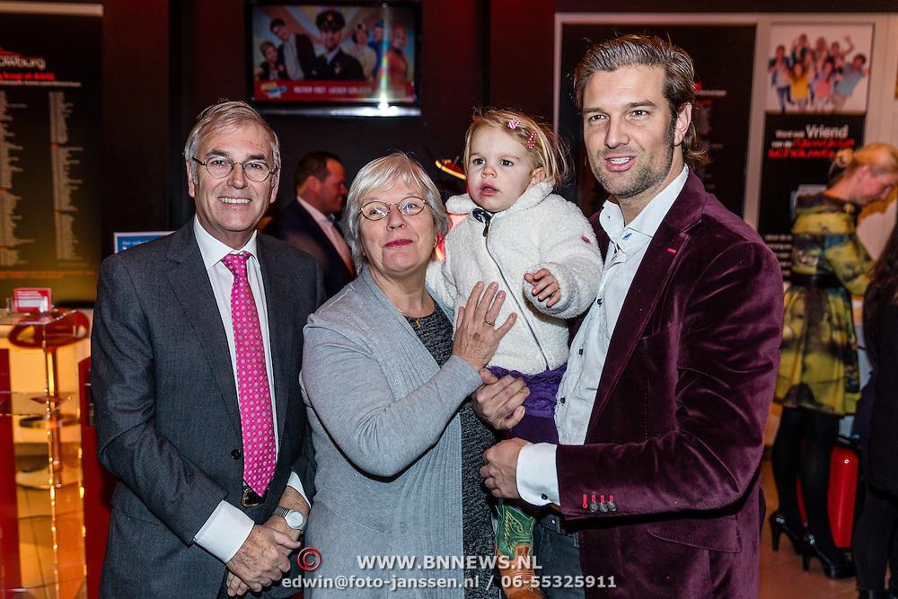 NLD/Rijswijk/20170123 - Premiere Boeing Boeing, Bas Muijs en dochter Emma en ouders