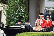 Koning Willem-Alexander en koningin Máxima hebben dinsdag in de koets met koningin Elizabeth en haar zoon prins Andrew deelgenomen aan de 'koninklijke optocht' op de racebaan van Ascot.<br /> <br /> King Willem-Alexander and Queen Máxima took part in the carriage with Queen Elizabeth and her son Prince Andrew on Tuesday in the 'royal parade' on the Ascot race track.<br /> <br /> Op de foto / On the photo: Koning Willem Alexander en Koningin Maxima met Koningin Elizabeth / King Willem Alexander and Queen Maxima met Queen Elizabeth