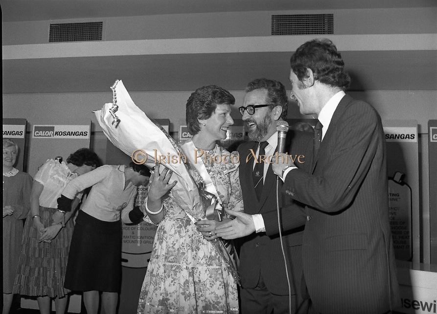 """Calor Kosangas Housewife of the Year - Dublin Regional Final.26/10/1982  26.10.1982..""""Calor Kosangas Housewife Of The Year 1982"""". Dublin Regional Final..The final was held in the Gresham Hotel,O'Connell St,Dublin. The winner was Mrs.,Deirdre Ryan,Derrypatrick,Drumree,Co Meath..Mr Morgan O'Sullivan and Mr Michael Higgins offer congratulations and bouquet to the winner, Mrs Deirdre Ryan."""
