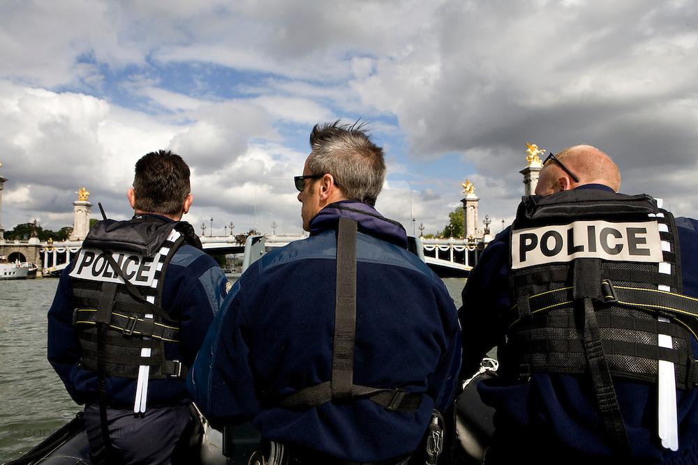Paris, France. 2 Mai 2009..Brigade Fluviale de Paris..17h01 En ronde de surveillance sur la Seine...Paris, France. May 2nd 2009..Paris fluvial squad..5:01 pm Watching patrol on the Seine..