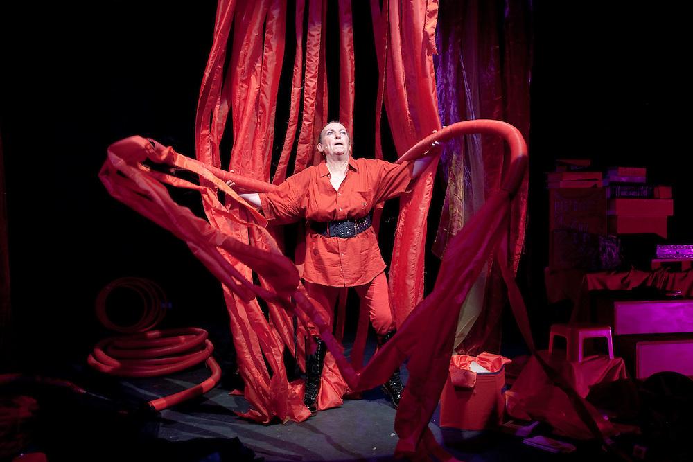 BRULEZ TOUT ! au theatre de la LUNA durant le festival d'Avignon 2011,Auteur,Mise en Scene Pierrette DUPOYET avec Pierrette Dupoyet