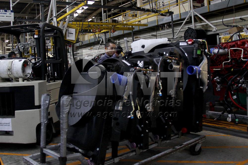 SANTIAGO TIANGUISTENCO, México.- La industria automotriz fue uno de los sectores más castigados al desatarse la crisis económica, la planta de Daimler Vehículos Comerciales, dedicada a la producción de camiones y tractocamiones,  ubicada en Santiago Tianguistenco, en este año tuvo que reducir su planta de personal en un 30% y formo parte de los paros técnicos trabajando a  un 70% de su capacidad, actualmente han recuperado su ritmo de trabajo teniendo dos turnos y una producción de 92 unidades  diarias. Agencia MVT / Crisanta Espinosa. (DIGITAL)