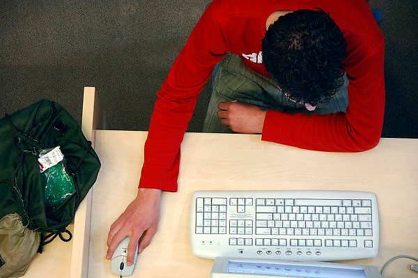 Nederland, Arnhem, 27-4 -2006..Leerling van een school voor voortgezet onderwijs, VO, Havo, VWO, achter de computer in de studieruimte. IT in onderwijs..Foto: Flip Franssen/Hollandse Hoogte