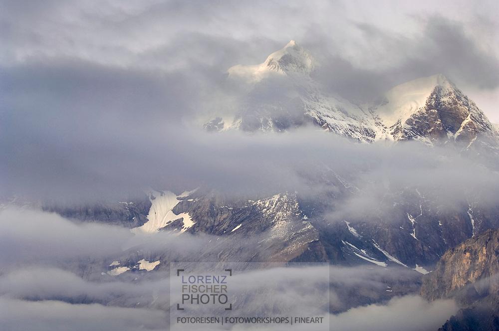 Landschaften im Hinteren Lauterbrunnental. Die Jungfrau durch Wolkenschleicher hindurch