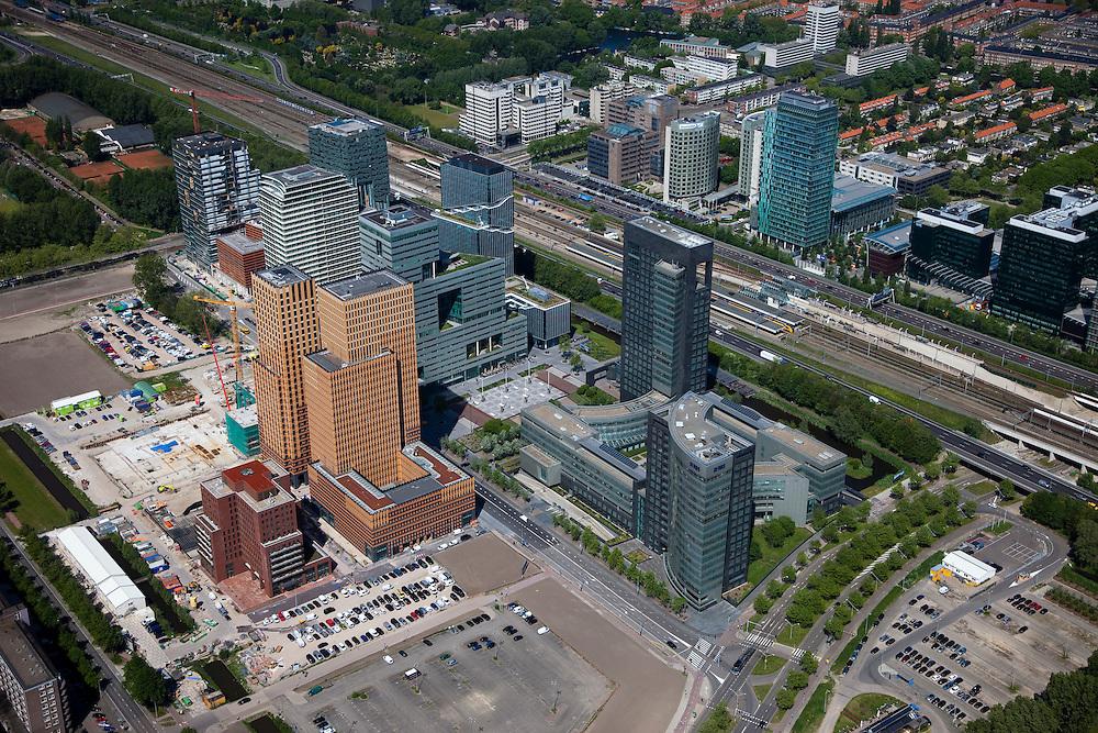 Nederland, Amsterdam, Zuideramstel, 12-05-2009; zicht op het financiele centrum van Amsterdam, de Zuidas, met in het midden de ringweg A10 en station Zuid/WTC. Links in het midden en aan deze kant van de snelweg verschillende kantoren en woontorens onderdeel van Mahler 4, rechts het hoofdkantoor van ABN-AMRO. In de voorgrond het wooncomplex Gershwin in aanbouw. Aan de andere kant van de snelweg geheel links de Parnassus weg met de rechtbank en kantongerecht, dan Atriumgebouw en in het midden de nieuwbouw van het WTC, met rechts het al langer bestaande World Trade Centre..Er zijn plannen om snelweg en de spoorlijn te overkluizen of ondertunnelen. Dit 'dokmodel' zou door een publiek private samenwerking gerealiseerd moeten worden .Swart collectie, luchtfoto (toeslag); Swart Collection, aerial photo (additional fee required).foto Siebe Swart / photo Siebe Swart