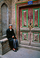 Chine, Province du Sinkiang (Xinjiang), Kashgar (Kashi), Bazar de la vieille ville, homme Ouigour //China, Sinkiang Province (Xinjiang), Kashgar (Kashi), Old city bazar, Ouigour man